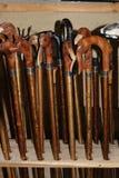 Bengalas handcrafted por uma guarda florestal idosa Foto de Stock