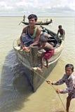 Bengalifischer hat das Problem, das durch Hochwasser festmacht Stockbilder