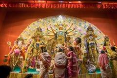 Bengalifrauen, die Göttin Durga bei Puja pandal, Kolkata, Westbengalen, Indien anbeten Stockfoto