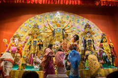 Bengalifrauen, die Göttin Durga bei Puja pandal, Kolkata, Westbengalen, Indien anbeten Stockfotos