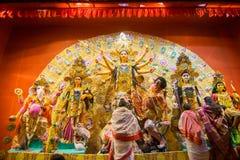 Bengalifrauen, die Göttin Durga bei Puja pandal, Kolkata, Westbengalen, Indien anbeten Lizenzfreies Stockfoto