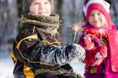 bengals特写镜头在孩子的手上在冬天 库存图片