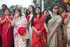 Bengalskie kobiety ogląda immersję bogini Durga fotografia stock