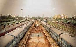 Bengaluru, ИНДИЯ - 03,2019 -го июнь: Вид с воздуха занятых людей в строительстве железнодорожного пути на железнодорожном вокзале стоковые изображения rf