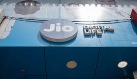 Bengaluru, Индия 27,2019 -го июнь: Доска Jio Билл доверия поверх магазина стоковое фото rf