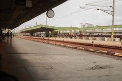 Bengaluru, ИНДИЯ - 03,2019 -го июнь: Меньше числа людей на железнодорожном вокзале Бангалора во время утреннего времени стоковая фотография rf