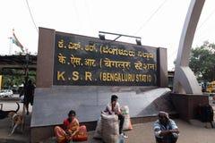 Bengaluru, ИНДИЯ - 03,2019 -го июнь: Неопознанные люди сидели вне автобус железнодорожного вокзала Bengalore ждать стоковая фотография rf