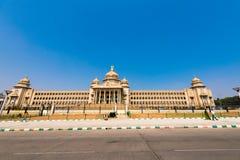 BENGALURU, IL KARNATAKA - INDIA - 9 NOVEMBRE 2016: Costruzione principale del governo di Bangalore Vista della via Copi lo spazio fotografia stock