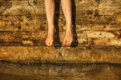 Bengelende benen stock foto's