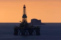 Benghisa, Malte le 3 décembre 2015 : Plate-forme pétrolière dans le coucher du soleil Images libres de droits