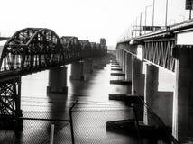 Benicia/Martinez Bridge & a ponte do trem fotografia de stock royalty free