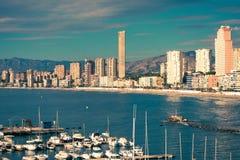 Benidorm, Spanje, 14 December, 2017: Mening aan Benidorm Poniente strand met haven en boten in Benidorm, Costa Blanca, Spanje Stock Afbeelding