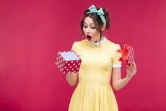 Benieuwd geweeste leuke jonge vrouw het openen giftdoos royalty-vrije stock foto