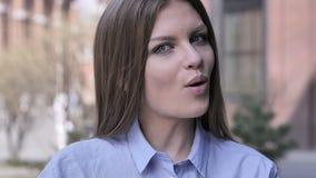 Benieuwd zijnde die Vrouw door Verrassingsgift wordt verbaasd stock video