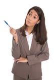 Benieuwd zijnde geïsoleerde bedrijfsvrouw die zijdelings aan de tekst kijken Stock Foto