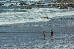 Benijo, Ténérife, Espagne - 22 juin 2015 : Plage naturelle de sable Endroit populaire pour les personnes et les touristes locaux  image libre de droits