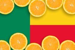 Benin flagga i citrusfruktskivahorisontalram royaltyfri fotografi