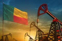 Benin het concept van de olieindustrie Industriële illustratie - Benin vlag en oliebronnen tegen de blauwe en gele achtergrond va royalty-vrije stock foto