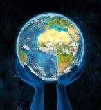 Benin op aarde in handen Stock Foto