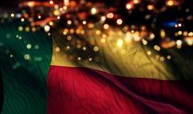 Benin-Staatsflagge-Licht-Nacht-Bokeh-Zusammenfassungs-Hintergrund Lizenzfreie Stockbilder