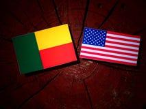 Benin vlag met de vlag van de V.S. op een boomstomp royalty-vrije stock afbeelding