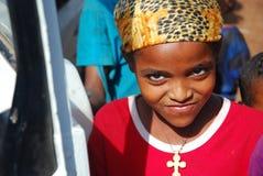 Benishangul Gumuz, Эфиопия, около июнь 2007: Девушка от сельской общины представляя для камеры стоковые фото