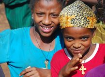 Benishangul Gumuz, Ethiopië, circa Juni 2007: Meisjes van het landelijke communautaire stellen voor de camera stock foto's