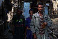 Benishangul Gumuz, Etiópia: Família da pose dos colonos na frente de sua casa imagem de stock