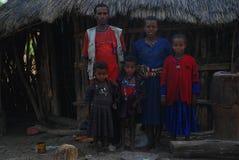 Benishangul Gumuz, Etiopia: Famiglia della posa dei coloni davanti alla loro casa immagine stock
