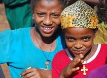 Benishangul Gumuz, Etiopien, circa Juni 2007: Flickor från en lantlig gemenskap som poserar för kameran arkivfoton