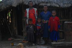 Benishangul Gumuz, Etiopien: Familjen av nybyggare poserar framme av deras hem fotografering för bildbyråer