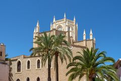 Benissa-Kirche mit Palmen, Benissa, Costa Blanca, Spanien Stockbild