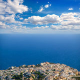 Benitachell i alicante den vita kusten med blått medelhavs- Arkivfoton