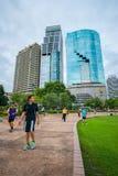 Benjakiti公园慢跑者,大厦在背景,曼谷中 免版税图库摄影