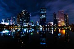Benjakiti公园,湖Rajada在晚上,曼谷 免版税库存图片