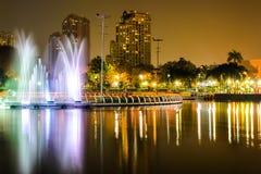 Benjakiti Park nachts in Bangkok, Thailand Stockbilder
