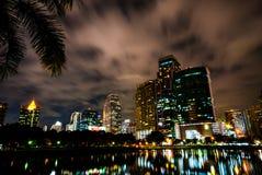 Benjakiti parkerar, sjön Rajada på natten, Bangkok Fotografering för Bildbyråer