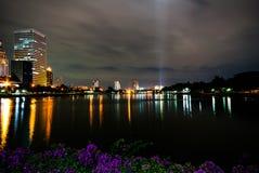 Benjakiti parkerar, sjön Rajada på natten, Bangkok Arkivfoto