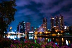 Benjakiti parkerar, sjön Rajada på natten, Bangkok Arkivbild