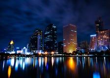 Benjakiti parkuje przy nocą, jeziorny Rajada, Bangkok Zdjęcie Stock