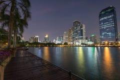 Benjakitti公园和大厦在黄昏的曼谷 免版税图库摄影