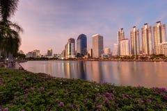 Benjakitti公园和摩天大楼在日落的曼谷 免版税库存照片