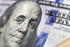 Benjamin Franklin affronta su noi cento macro isolate della banconota in dollari, primo piano dei fondi degli Stati Uniti fotografie stock