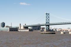 Benjamin Franklin-Brücke über schlammigem Fluss stockbild