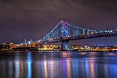 Benjamin Franklin Bridge bij Nacht stock foto's