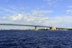 Benjamin Franklin Bridge, oficialmente llamado Ben Franklin Bridge, atravesando el río Delaware que se une a Philadelphia Foto de archivo