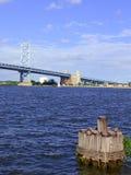 Benjamin Franklin Bridge, oficialmente llamado Ben Franklin Bridge, atravesando el río Delaware que se une a Philadelphia Fotografía de archivo