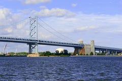 Benjamin Franklin Bridge som kallas officiellt Ben Franklin Bridge som spänner över Delawaret River som sammanfogar Philadelphia Arkivfoto