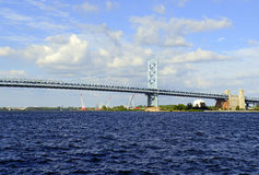 Benjamin Franklin Bridge, ufficialmente chiamato Ben Franklin Bridge, misurante il fiume Delaware che aderisce a Filadelfia Fotografie Stock Libere da Diritti