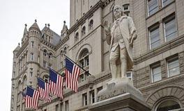 Benjamin Franklin en av våra grundläggare hälsar förbipasserandebyers, som de går det internationella hotellet för passerandetrum Royaltyfria Foton
